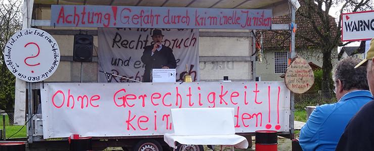 Josef Nusser hält eine Rede
